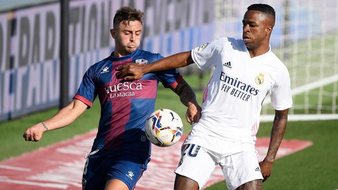 Pablo Maffeo con Vinicius Junior en el Real Madrid - Huesca de La Liga 2020/21