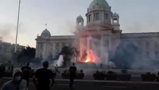 Más de 60 heridos en Belgrado tras graves disturbios en protestas por la gestión del coronavirus
