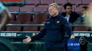 Koeman se lamenta durante el encuentro ante el Granada