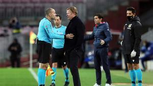 Ronald Koeman y Mateu Lahoz conversan durante un partido