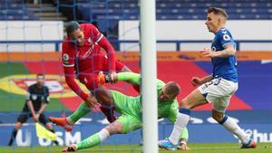 Virgil van Dijk se lesionó en el derbi de Merseyside tras una aparatosa acción con Jordan Pickford