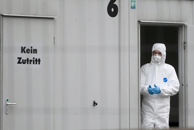 Un sanitario con ropa protectora se encuentra en una estación de pruebas de coronavirus en el hospital Klinikum Nord en Dortmund, Alemania occidental, en medio de la nueva pandemia de coronavirus COVID-19.