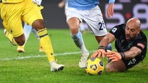 Pepe Reina detiene un balón en un partido con la Lazio.