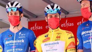 Corredores del equipo Deceuninck  participantes en el Tour de Valonia