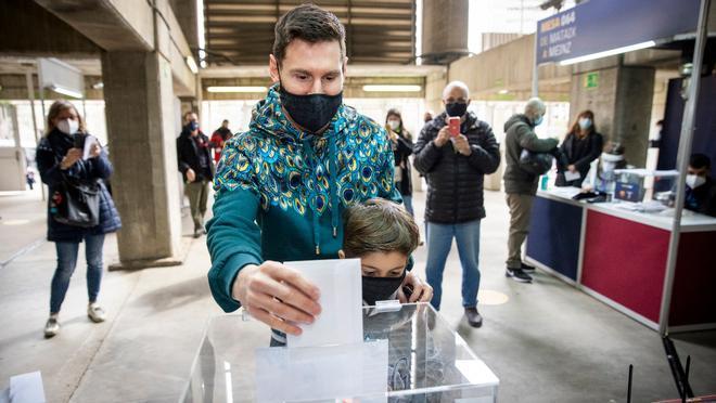 El astro argentino se acercó hasta el Camp Nou a votar con su hijo mayor