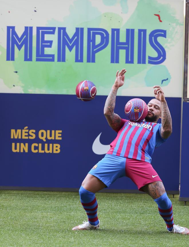 Las primeras imágenes de Memphis Depay con la camiseta del Barça