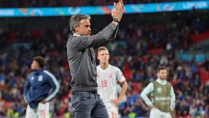 Luis Enrique aplaude a la afición de España en Wembley