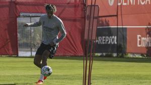 Todibo, en un entrenamiento con el Benfica