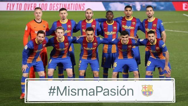 El Barça posa con el cartel de la campaña #MismaPasión