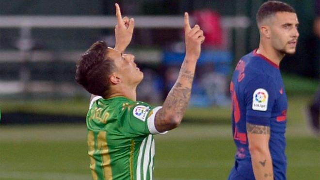 Tello señala al cielo dedicando el gol a su padre fallecido