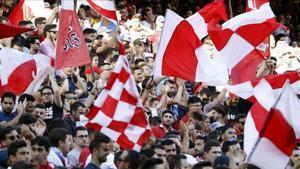 Aficionados del Sevilla en un partido en el Sánchez Pizjuán