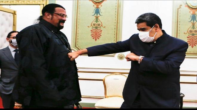 Steven Seagal visita Venezuela y le regala una espada de Samurái a Maduro