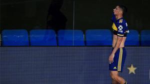El jugador de Boca Jorman Campuzano se lamenta tras ser expulsado