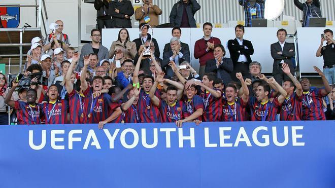 Roger Riera levanta el trofeo de campeones de Europa de la Youth League