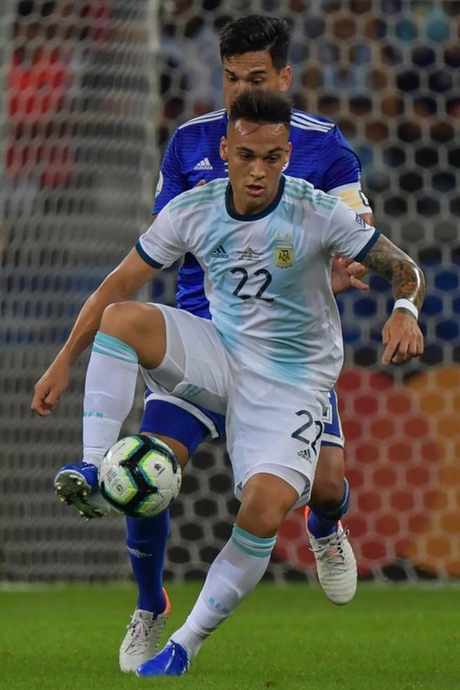 El 27 de marzo de 2018 hizo su debut con la selección absoluta. Lautaro Martinez durante un partido de la Copa America contra la selección de Paraguay en el estadio Mineirao en Belo Horizonte, Brasil.