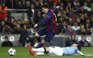 Leo Messi, con David Silva en el Barça-Manchester City de la Champions 2014-15