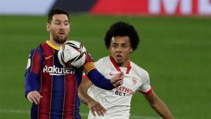Messi protege un balón ante Koundé