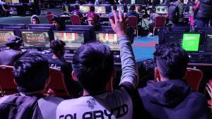 Jóvenes mexicanos mientras participan en el torneo Gears of War 5