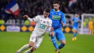 Álvaro González lucha por un balón con Aouar, del Lyon.