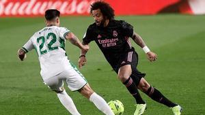 Marcelo frente a Rigoni en una acción del Elche - Madrid
