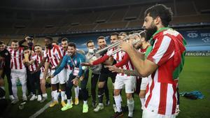 Asier Villalibre toca la trompeta para festejar el título de Supercopa del Athletic