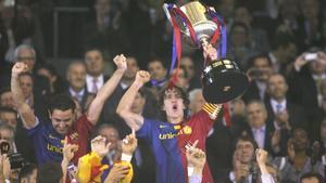 El momento más esperado. Carles Puyol, capitán azulgrana, junto a Xavi Hernández, en poder de la Copa del Rey después de ganar la final de Mestalla contra el Athletic