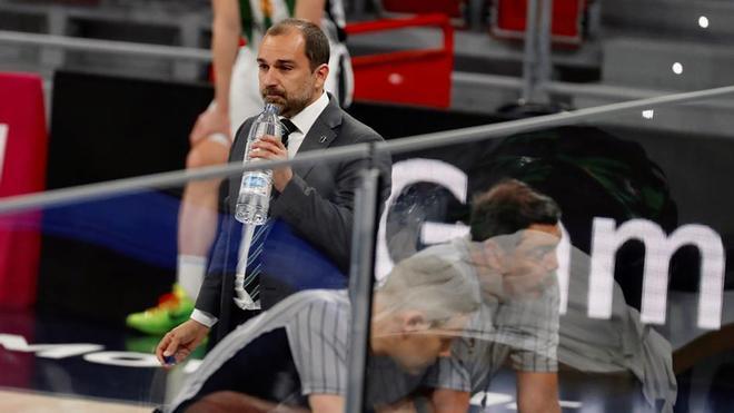 Carles Duran bebe agua durante una consulta de los colegiados al Instant replay