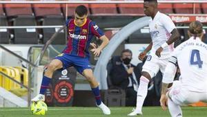 Pedri, durante el partido que el árbitro decidió para el Madrid