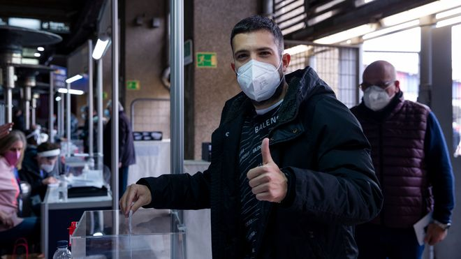 Jordi Alba, importante en la victoria en El Sadar, durante la jornada electoral