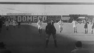 El madridista Corona momentos antes de ejecutar el penalti durante el primer clásico jugado en el estadio Metropolitano, en diciembre de 1946