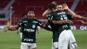 Los jugadores del Palmeiras celebran el tercer gol contra el River