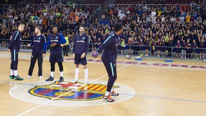 Los jugadores azulgranas lanzaron balones y regalos a los asistentes