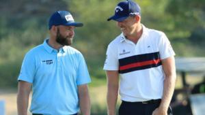 Sullivan y Wallace charlan durante la tercera vuelta en Dubai