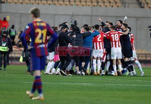 El Athletic de Bilbao celebra su victoria tras la final de la Supercopa de España disputada entre FC Barcelona y Athletic de Bilbao en el estadio de la Cartuja de Sevilla.