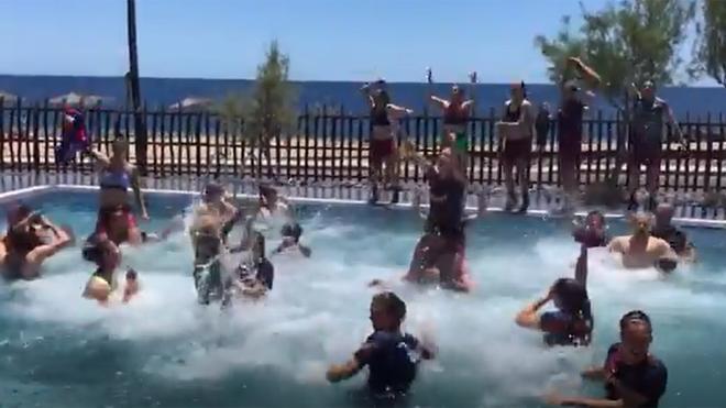 ¡A la piscina! Así celebra el Barça Femenino el campeonato de liga