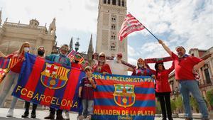 Los aficionados de Barça y Athletic posan en La Giralda