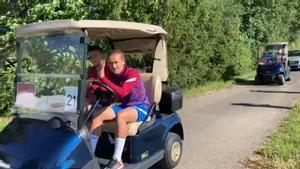 ¡En buggies de golf! Así llegan los jugadores a los campos de entrenamiento de Alemania