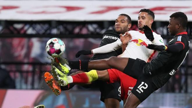 Justin Kluivert disputa un balón dividido con los jugadores del Leverkusen