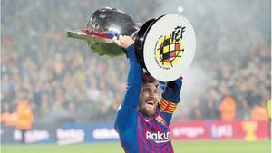 Leo Messi levantando el trofeo de La Liga