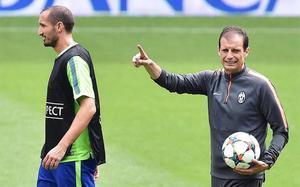 Giorgio Chiellini y Massimiliano Allegri en el Open Media Day de la Juventus