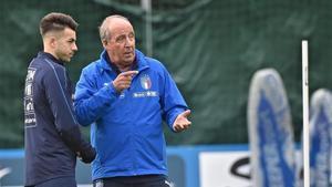 Ventura conversa con El Shaarawy durante el entrenamiento de Italia