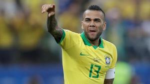Dani Alves celebra un gol durante el partido de la Copa América entre Brasil y Perú