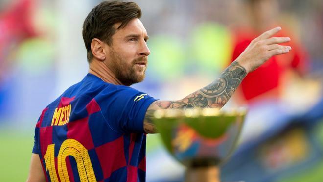 Leo Messi junto al Trofeu Joan Gamper