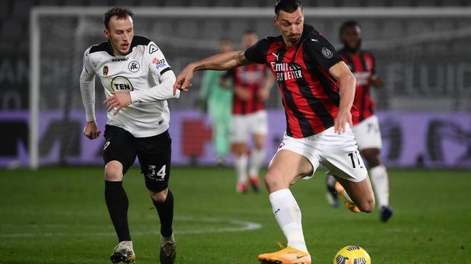Ibrahimovic conduce un balón durante el duelo en la Spezia