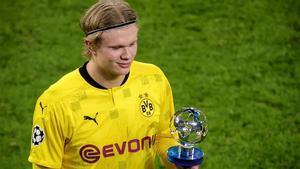 Haaland, recogiendo un premio MVP de la Champions