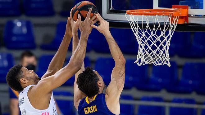 Pau Gasol y Walter Tavares luchan por el balón
