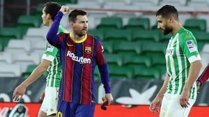 Leo Messi celebra el gol con el brazalete de capitán en su mano izquierda