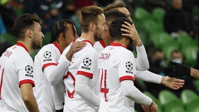 Los compañeros felicitan a Rakitic tras su gol ante el Krasnodar