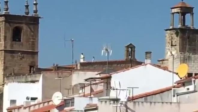 El sacerdote de Arroyo de la Luz (Cáceres) da la misa encima del tejado de la iglesia