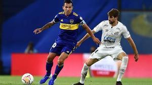 Luan Peres defendiendo a Carlitos Tevez en las semifinales de la Libertadores